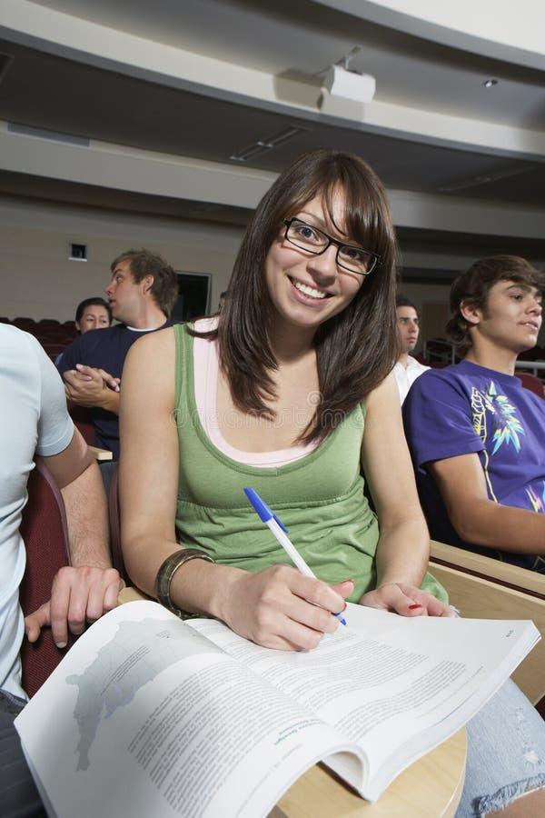 Estudiante joven Studying In Classroom imágenes de archivo libres de regalías