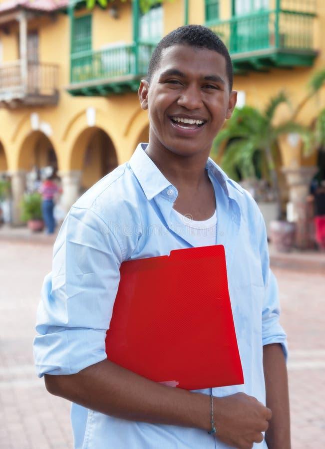 Estudiante latino en una ciudad colonial que camina a la universidad imagen de archivo libre de regalías