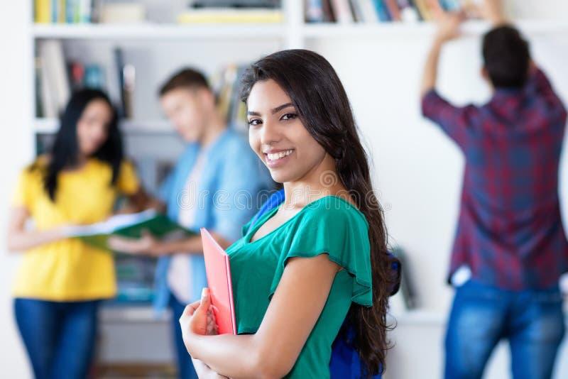 Estudiante latinoamericano sonriente con el grupo de estudiantes fotos de archivo libres de regalías