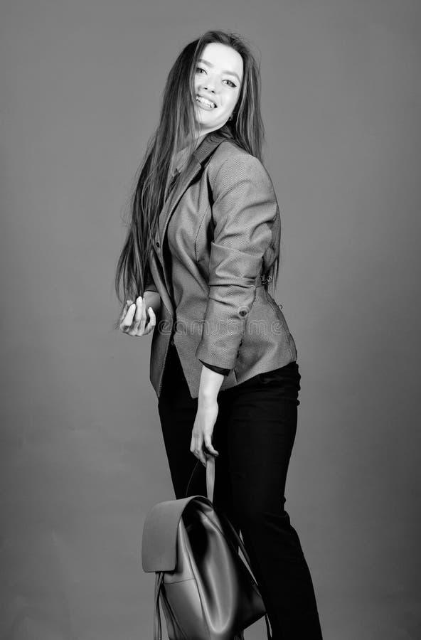Estudiante Life Belleza elegante nerd Negocios Muchacha de Shool con la mochila Moda femenina del bolso mujer elegante en chaquet foto de archivo