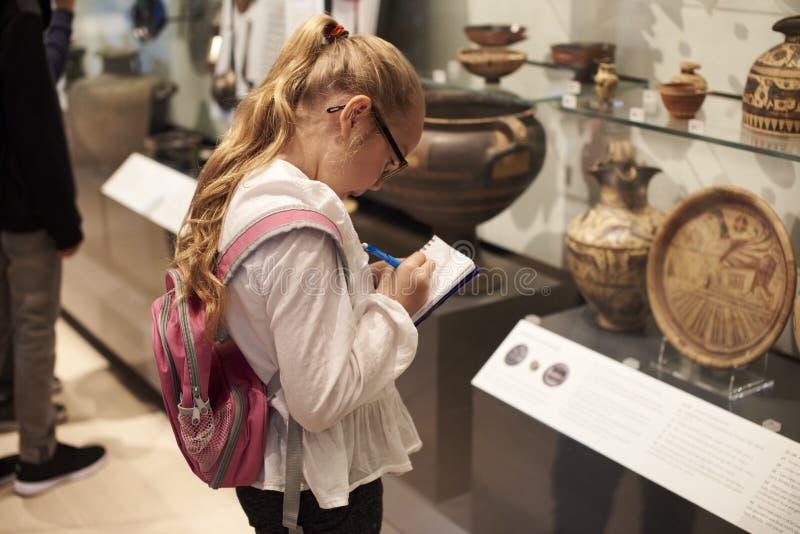 Estudiante Looking At Artifacts en caso de que en viaje al museo fotografía de archivo libre de regalías