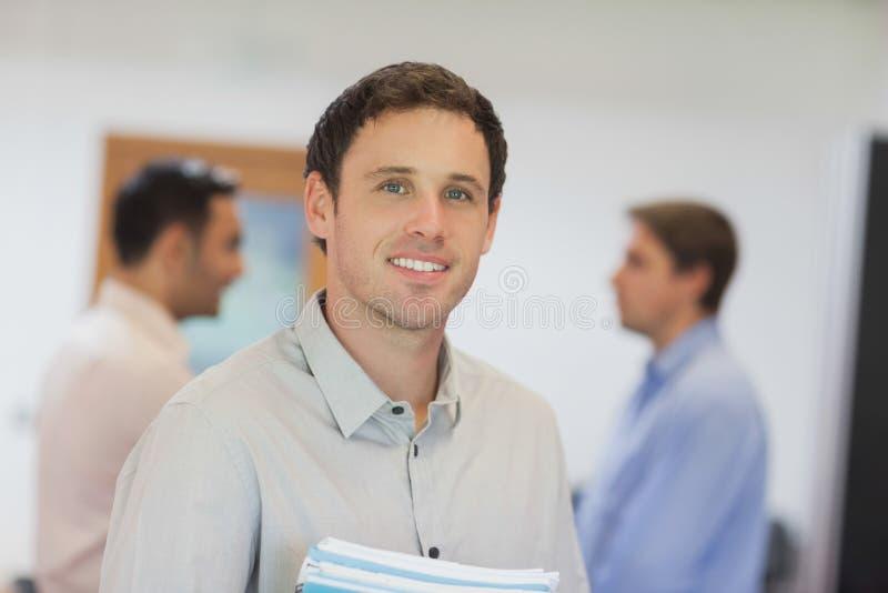 Estudiante maduro hermoso que presenta en sala de clase fotografía de archivo libre de regalías