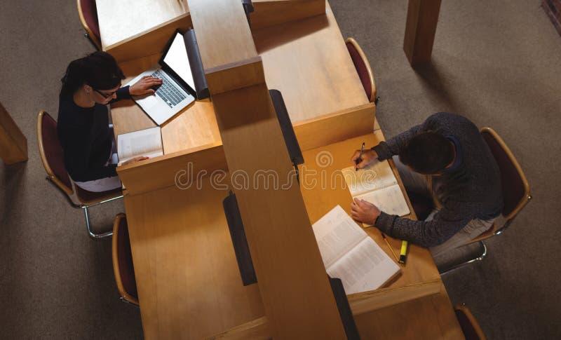 Estudiante maduro que estudia en biblioteca fotos de archivo libres de regalías