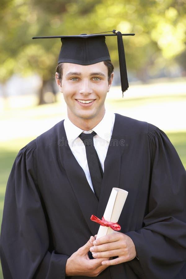 Estudiante masculino Attending Graduation Ceremony fotografía de archivo libre de regalías
