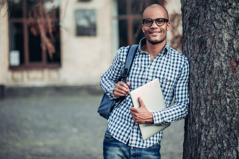 Estudiante masculino cerca de la universidad foto de archivo