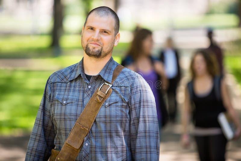 Estudiante masculino confiado At Campus foto de archivo libre de regalías