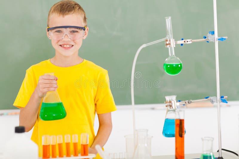 Estudiante masculino de la escuela primaria en el laboratorio imagen de archivo libre de regalías