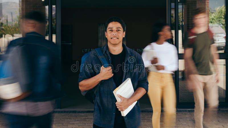 Estudiante masculino en el campus de la universidad imagen de archivo libre de regalías