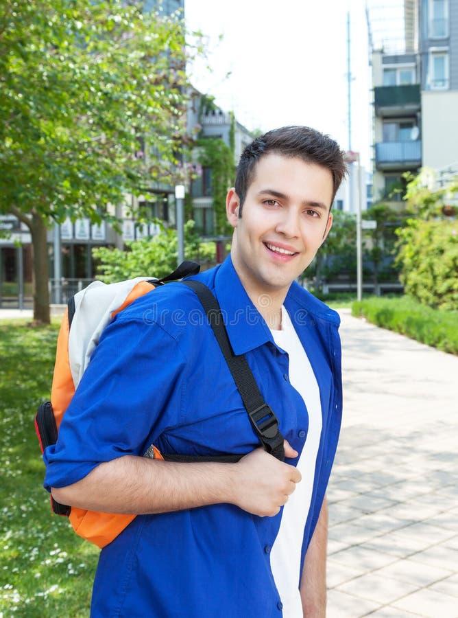 Estudiante masculino en el campus que mira la cámara imagen de archivo libre de regalías