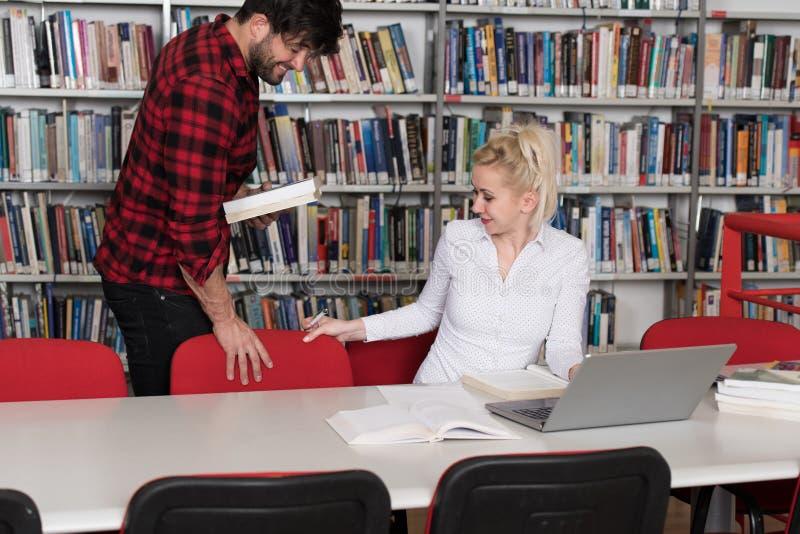 Estudiante masculino hermoso Asking For Studying junto imagen de archivo libre de regalías