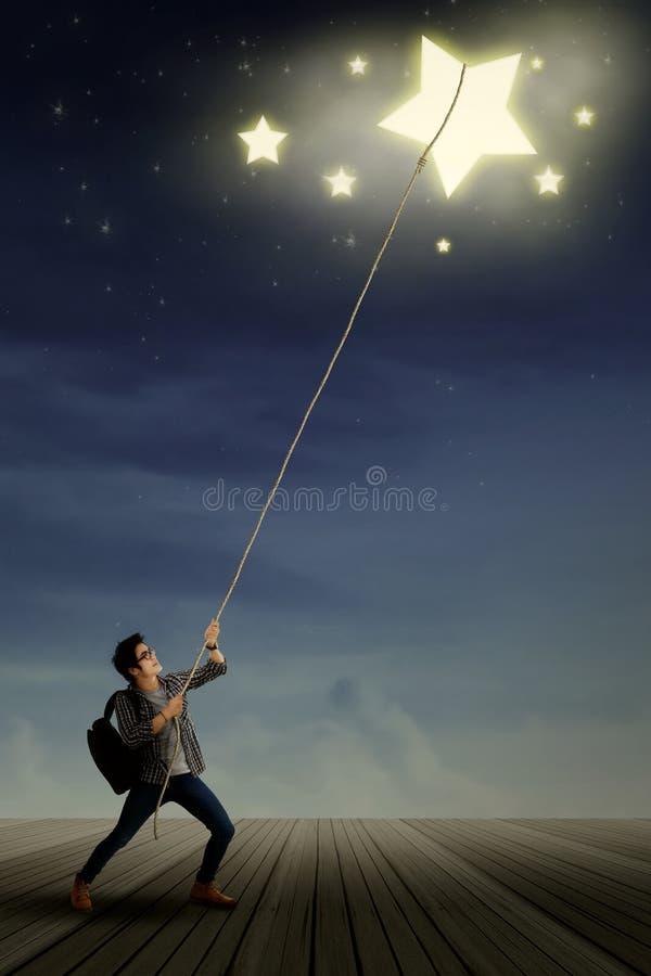 Estudiante masculino que tira de las estrellas fotografía de archivo libre de regalías