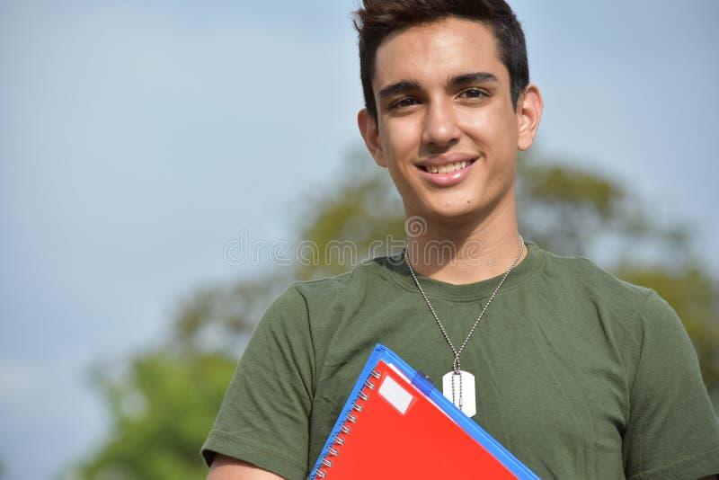 Estudiante militar sonriente de la adolescencia masculina hispánica fotografía de archivo libre de regalías