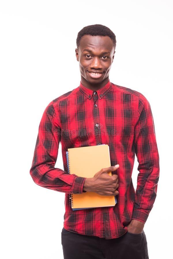 Estudiante negro afroamericano joven que sostiene una tableta electrónica aislada en un fondo blanco imagenes de archivo