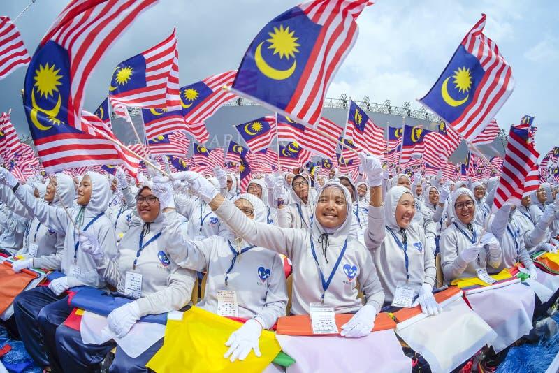 Estudiante que agita la bandera de Malasia también conocida como Jalur Gemilang foto de archivo libre de regalías