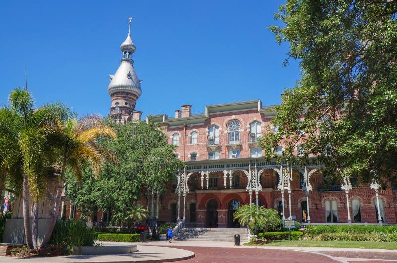 Estudiante que camina en el campus de la universidad de Tampa en Tampa foto de archivo libre de regalías