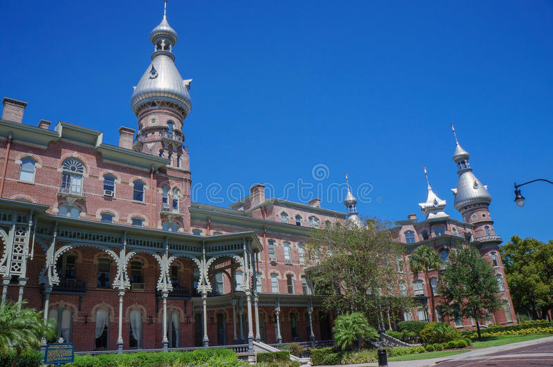 Estudiante que camina en el campus de la universidad de Tampa en Tampa fotografía de archivo