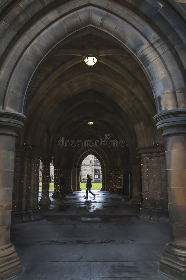 Estudiante que camina en Glasgow University Cloisters fotos de archivo libres de regalías