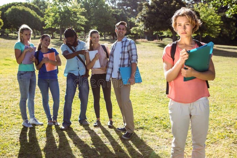 Estudiante que es tiranizado por un grupo de estudiantes fotos de archivo libres de regalías