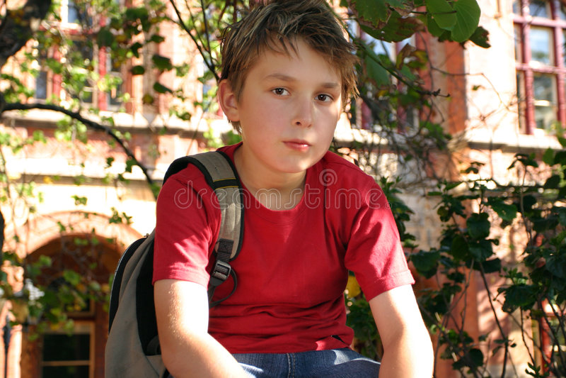 Estudiante que espera fuera de escuela fotografía de archivo libre de regalías