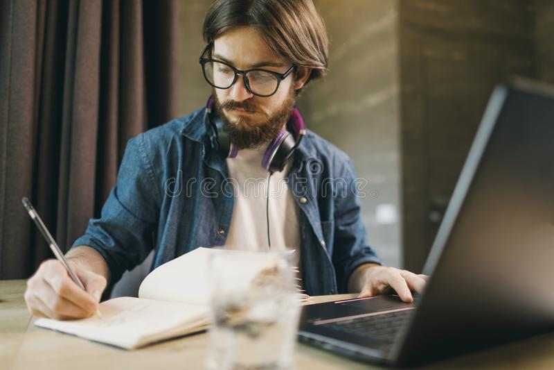 Estudiante que estudia con la computadora port?til fotografía de archivo libre de regalías