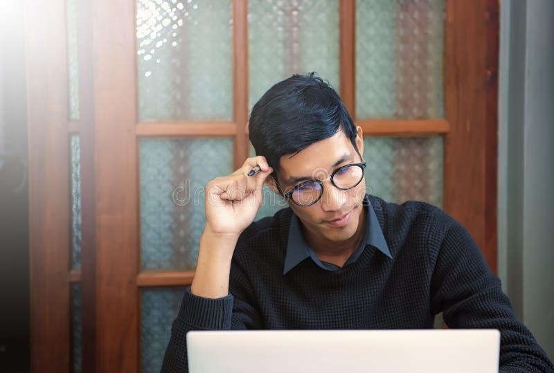 Estudiante que estudia y que escribe notas fotos de archivo libres de regalías