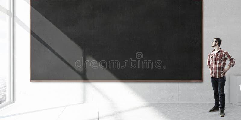 Estudiante que se coloca en la pizarra Técnicas mixtas imagen de archivo libre de regalías