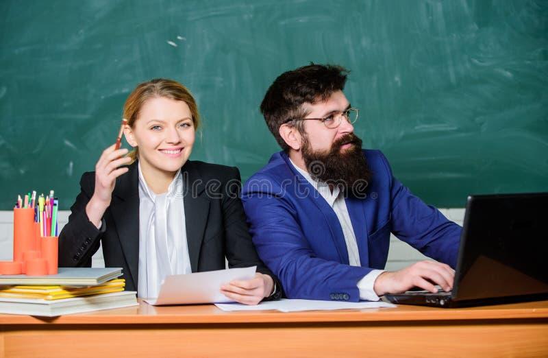 Estudiante que se prepara a los ex?menes De nuevo a escuela ense?anza convencional los pares del negocio utilizan el ordenador po fotos de archivo libres de regalías