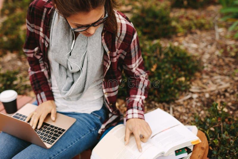 Estudiante que se prepara para los exámenes en el campus de la universidad imagenes de archivo