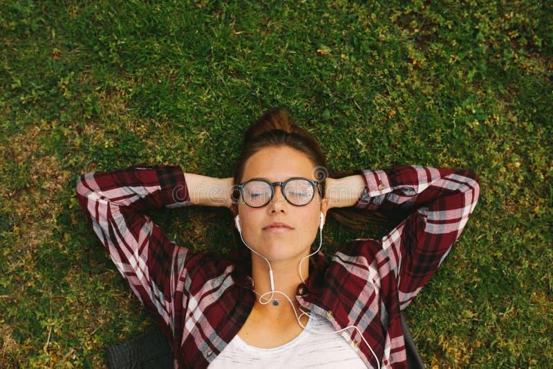 Estudiante que se relaja en el campus fotografía de archivo libre de regalías