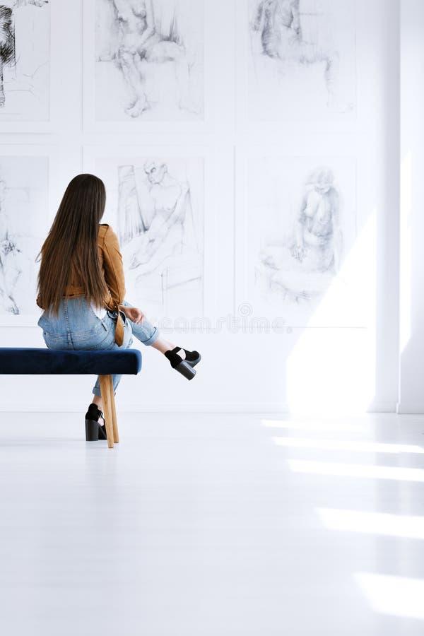 Estudiante que se sienta en un banco fotos de archivo libres de regalías