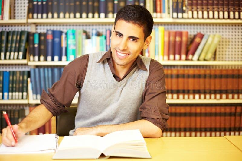 Estudiante que toma notas fotografía de archivo
