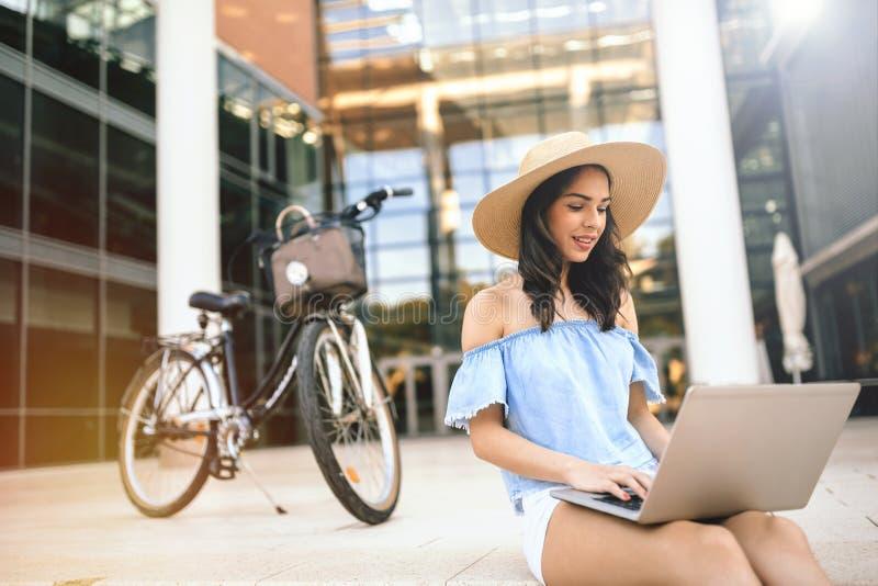 Estudiante que usa el ordenador portátil al aire libre fotos de archivo
