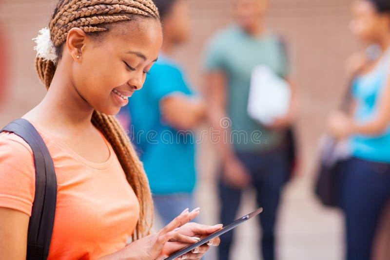 Estudiante que usa la tableta imagen de archivo libre de regalías