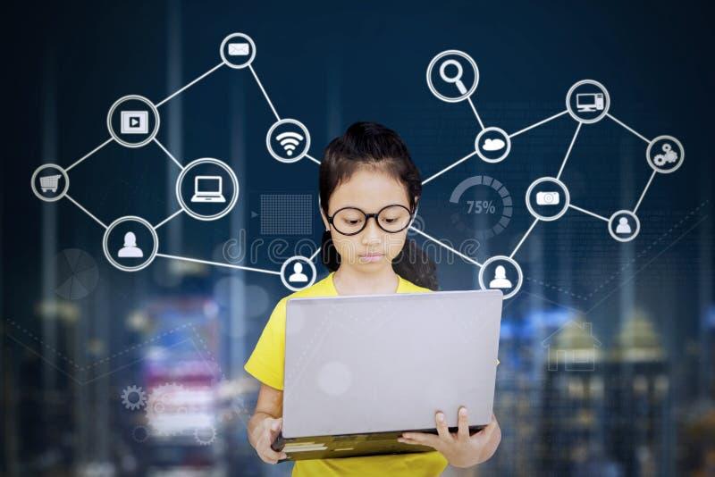 Estudiante que usa un ordenador portátil con símbolo de la red fotografía de archivo libre de regalías