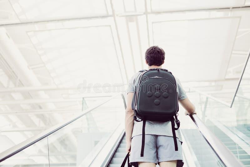 Estudiante que va para arriba escalera móvil imagen de archivo libre de regalías