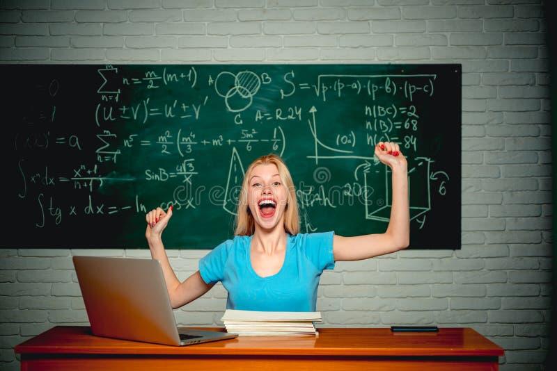 Estudiante sonriente alegre en la pizarra Concepto de la gente de la ciencia de la educación Freelancer de la mujer con buen usar fotos de archivo
