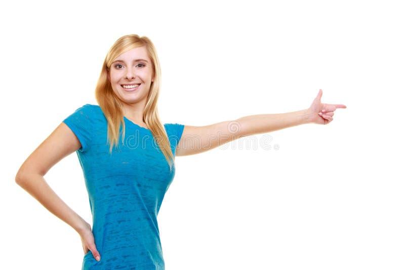 Estudiante sonriente casual de la muchacha del retrato que señala mostrar fotografía de archivo