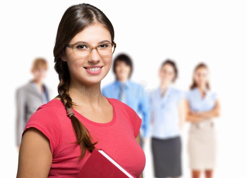 Estudiante sonriente delante de un grupo de personas imagen de archivo