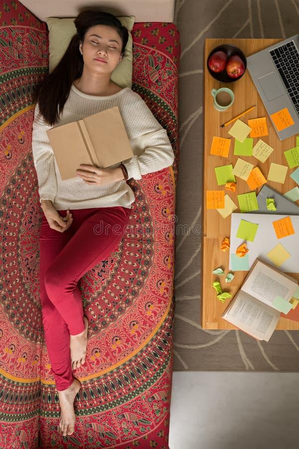 Estudiante universitaria agotada foto de archivo
