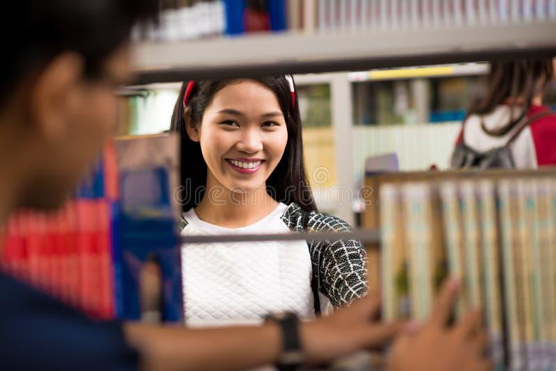 Estudiante universitaria en biblioteca fotografía de archivo libre de regalías