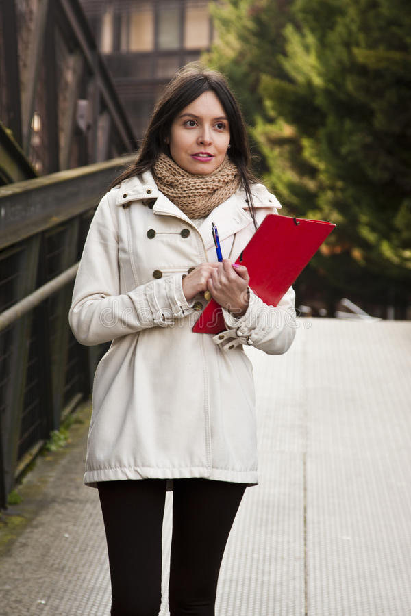 Estudiante universitaria en la calle imágenes de archivo libres de regalías