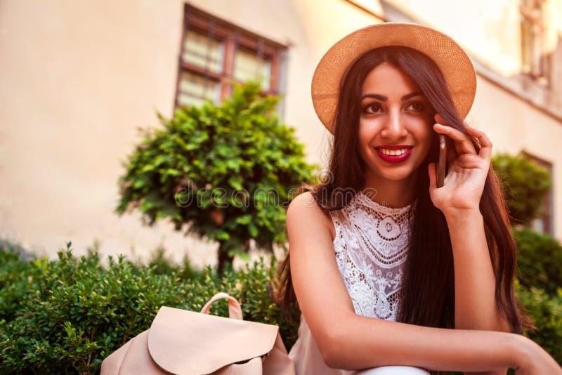 Estudiante universitaria hermosa que habla en el teléfono al aire libre Mujer de Oriente Medio que llama a amigos foto de archivo libre de regalías
