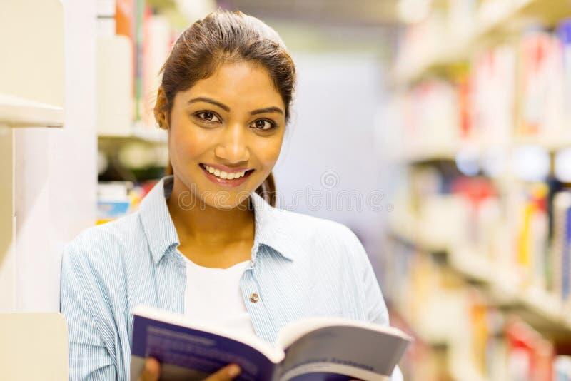 Estudiante universitaria magnífica imagen de archivo libre de regalías