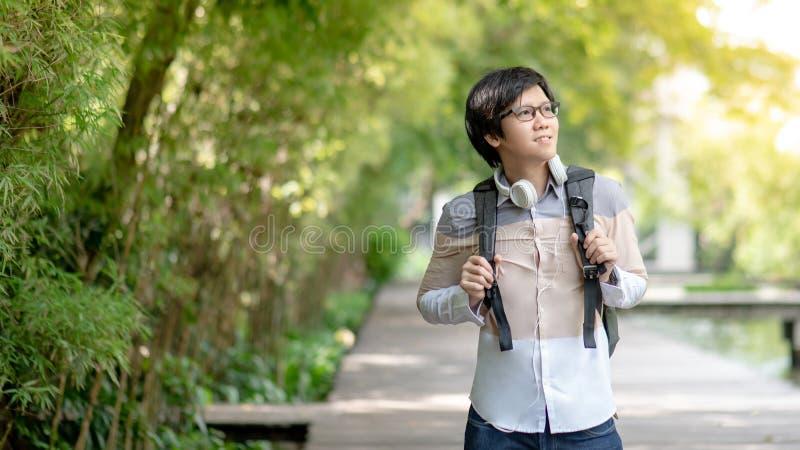 Estudiante universitario asiático del hombre que sonríe en la universidad fotos de archivo