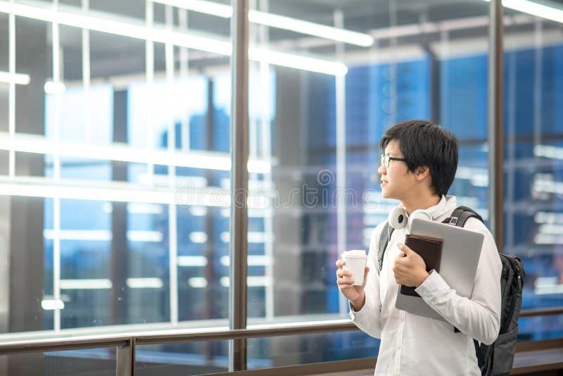 Estudiante universitario asiático joven en universidad fotos de archivo