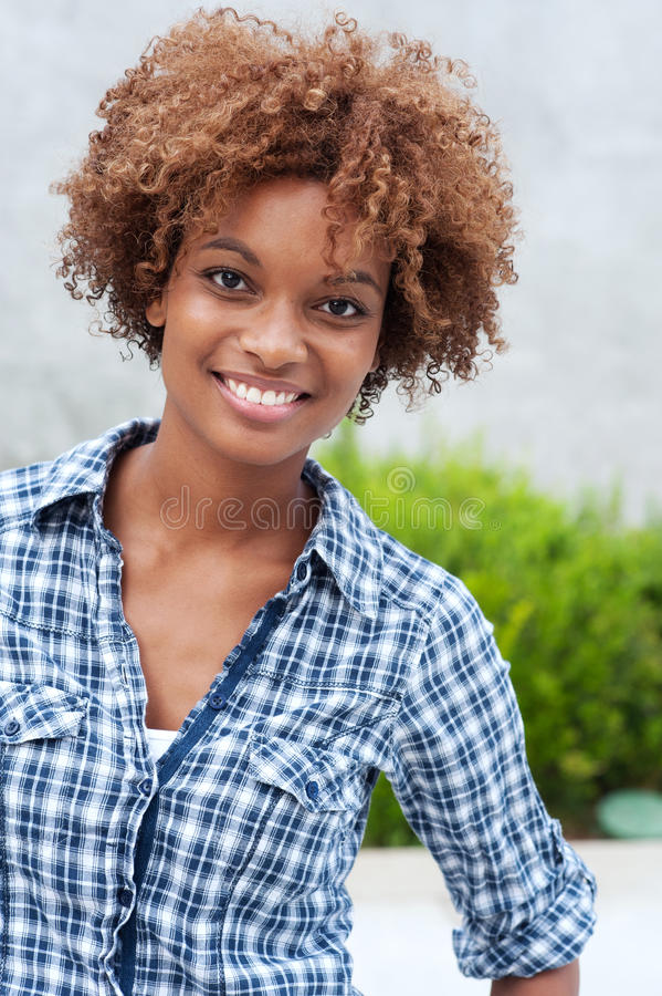 Estudiante universitario bonito del afroamericano foto de archivo libre de regalías