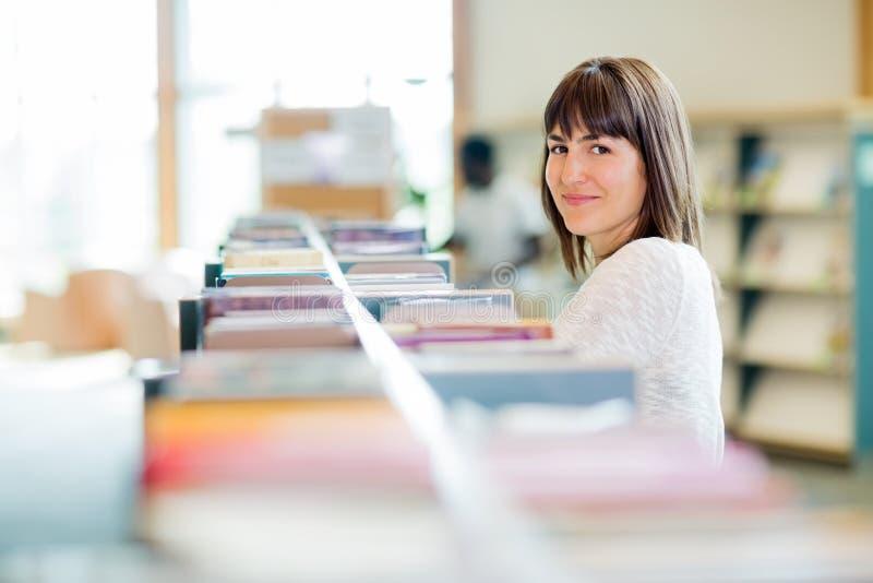 Estudiante universitario In Bookstore fotos de archivo libres de regalías