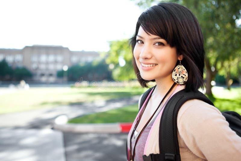 Estudiante universitario de la raza mezclada fotos de archivo