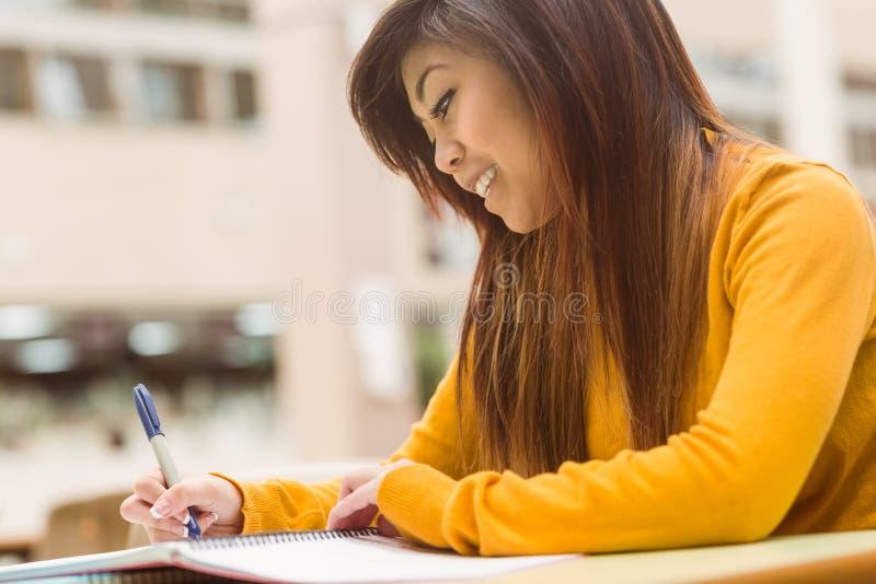 Estudiante universitario de sexo femenino que hace la preparación fotos de archivo