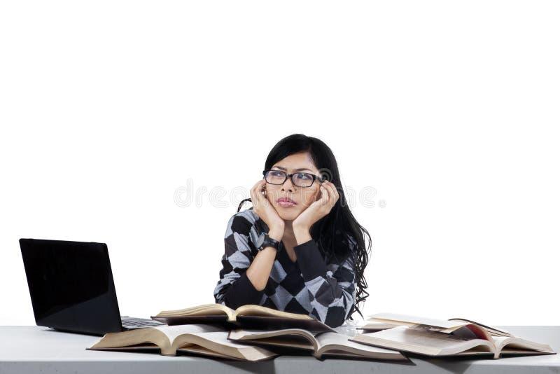 Estudiante universitario de sexo femenino solo fotografía de archivo libre de regalías